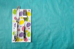 复活节食物表餐位餐具,刀子,叉子 库存图片