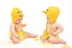 复活节鸡服装的两个婴孩 免版税库存图片