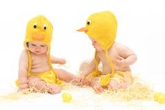 复活节鸡服装的两个婴孩 库存图片