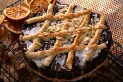 复活节鸦片蛋糕用在葡萄酒样式的杏仁 免版税库存照片