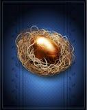 复活节,葡萄酒背景用在巢的一个金黄鸡蛋 图库摄影