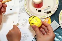 复活节绘画 与蜡的被绘的复活节彩蛋 一张独特的绘画 免版税库存照片