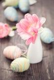 复活节 五颜六色的鸡蛋和郁金香 图库摄影