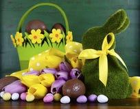 复活节绿化青苔草与篮子的小兔 免版税库存图片