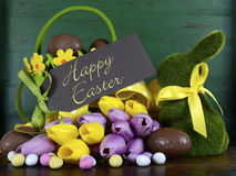复活节绿化青苔草与篮子的小兔 图库摄影