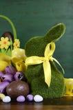 复活节绿化青苔草与篮子的小兔 库存图片