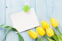 复活节贺卡和黄色郁金香 免版税图库摄影