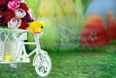 复活节贺卡,在一辆自行车的小鸡用复活节彩蛋 免版税库存图片