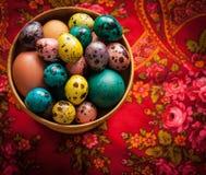 复活节 在一个木碗的五颜六色的鸡蛋在patte背景  库存照片