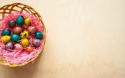 复活节 在一个篮子的五颜六色的鸡蛋在木背景 库存照片