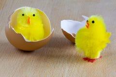 复活节-在木背景的两只黄色玩具小鸡 免版税库存图片