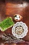 复活节结构的柔荑花、鸡蛋和水芹在木桌上 库存照片