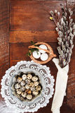 复活节结构的柔荑花和鸡蛋在木桌上 免版税库存图片
