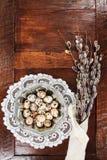 复活节结构的柔荑花和鸡蛋在木桌上 免版税库存照片