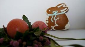 复活节结构的花、红色鸡蛋和兔宝宝 免版税库存照片