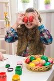 复活节-母亲和女儿滑稽的眼睛比鸡蛋 库存照片