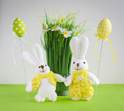 复活节滑稽的兔宝宝用鸡蛋和花 免版税库存图片