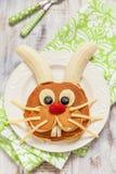 复活节滑稽的兔宝宝薄煎饼用果子 库存图片
