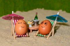 复活节滑稽的鸡蛋在伞下 免版税库存图片
