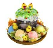 复活节kulich用被绘的鸡蛋和滑稽的鸡 免版税库存照片