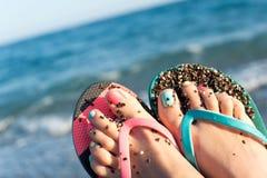 夏令时享受!夫人在海滩的` s脚 海浪 库存图片