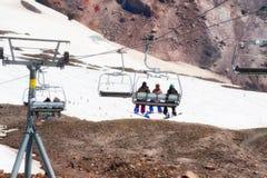 夏令时滑雪和雪板运动在Mt 敞篷 免版税库存图片