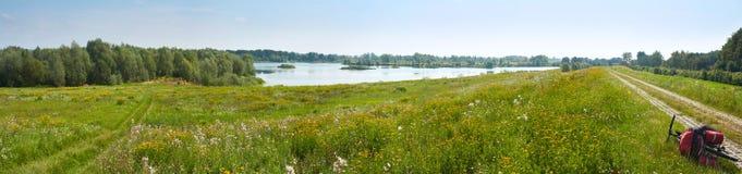 夏令时风景横幅,全景-奥得Оder,沿河的旅游自行车路线的河谷看法  库存图片