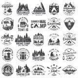 夏令营 向量 衬衣或补丁的,印刷品,邮票概念 葡萄酒与rv拖车,野营的帐篷的印刷术设计 库存例证