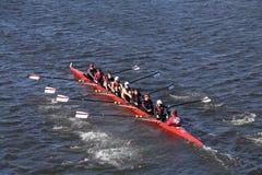 夏克海茨乘员组在查尔斯赛船会人` s青年时期Eights头赛跑  免版税库存图片