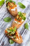 夏南瓜、红萝卜和乳酪bruschetta 免版税库存照片