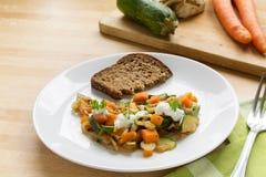 从夏南瓜、红萝卜和芹菜的新鲜蔬菜与变酸的c 库存图片