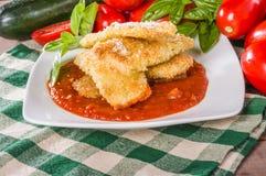 夏南瓜与蓬蒿和南瓜的巴马干酪晚餐 免版税库存照片