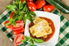夏南瓜与蓬蒿的巴马干酪晚餐 库存照片