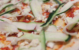 夏南瓜削片和乳酪在薄饼 库存照片