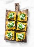 夏南瓜和土豆玉米粉薄烙饼,在一个木土气委员会的菜肉馅煎蛋饼,顶视图 可口塔帕纤维布,快餐 免版税库存图片