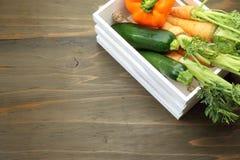 夏南瓜和红萝卜在一个白色木容器 库存图片