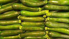 夏南瓜在水果和蔬菜的待售购物 免版税库存图片