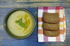夏南瓜奶油色汤和整个五谷面包 免版税库存照片