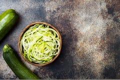夏南瓜意粉或面条zoodles滚保龄球与绿色素食者 顶视图,顶上,复制空间 免版税库存图片