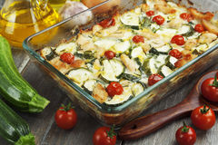 夏南瓜烘烤了与鸡、西红柿和草本的i 免版税库存照片
