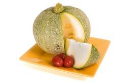 夏南瓜用在黄色板材的小的蕃茄 库存图片