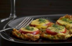 夏南瓜蕃茄和乳酪开胃菜  免版税库存照片