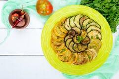 夏南瓜,在一块板材的茄子油煎的圈子在白色背景 顶视图 图库摄影