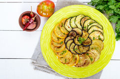 夏南瓜,在一块板材的茄子油煎的圈子在白色背景 顶视图 免版税库存照片