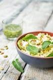 夏南瓜,小米,薄菏,南瓜籽,与co的山羊乳干酪沙拉 免版税库存图片