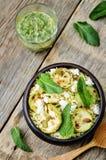 夏南瓜,小米,薄菏,南瓜籽,与co的山羊乳干酪沙拉 库存图片