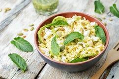 夏南瓜,小米,薄菏,南瓜籽,与co的山羊乳干酪沙拉 免版税图库摄影
