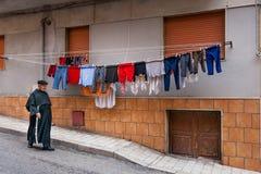 夏卡,意大利- 2009年10月18日:穿过路的教士 库存图片