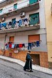 夏卡,意大利- 2009年10月18日:穿过路的教士 免版税库存图片