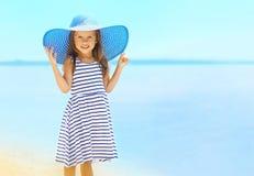 夏天、假期、旅行和人概念-相当小女孩 免版税库存图片